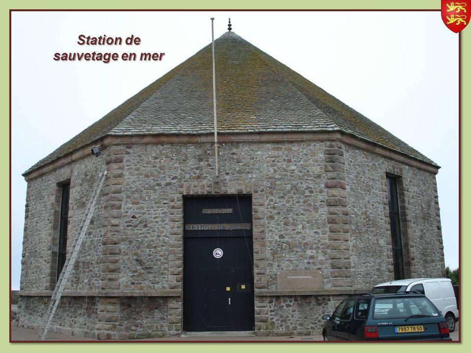 Le phare de Goury En arrière plan le Raz Blanchard désignant lun des courants de marées les plus puissants dEurope, situé entre le cap de la Hague et Aurigny situé entre le cap de la Hague et Aurigny