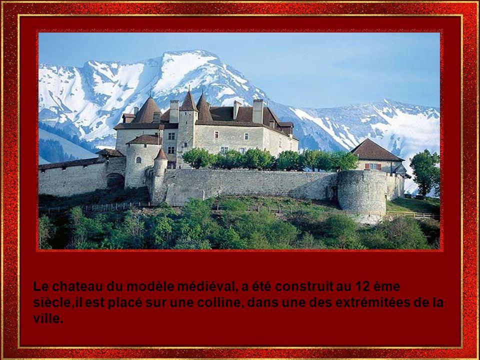En voyage dans la direction du chateau,on peut admirer les avants des maisons antiques très élégantes.