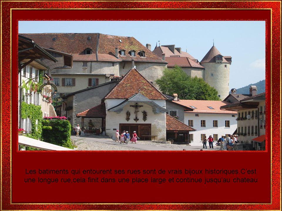Cest une petite et romantique ville,célèbre pour sa beauté,pour son chateau et pour le fromage du meme nom