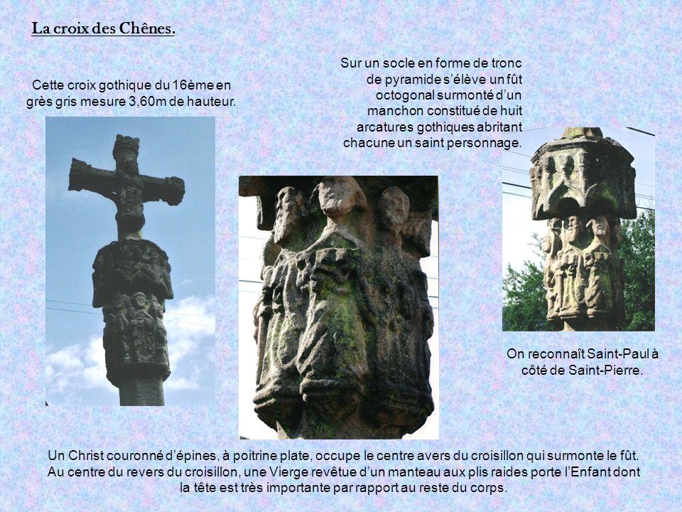 Cette croix gothique du 16ème en grès gris mesure 3,60m de hauteur.