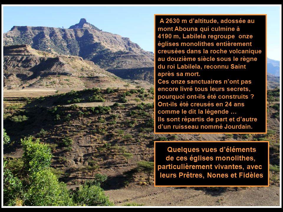 A 2630 m daltitude, adossée au mont Abouna qui culmine à 4190 m, Labilela regroupe onze églises monolithes entièrement creusées dans la roche volcanique au douzième siècle sous le règne du roi Labilela, reconnu Saint après sa mort.