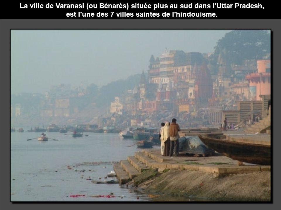 La ville de Varanasi (ou Bénarès) située plus au sud dans l Uttar Pradesh, est l une des 7 villes saintes de l hindouisme.