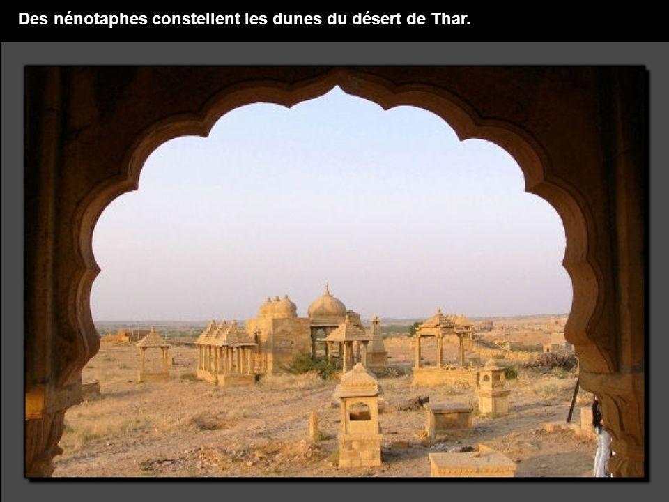 Des nénotaphes constellent les dunes du désert de Thar.