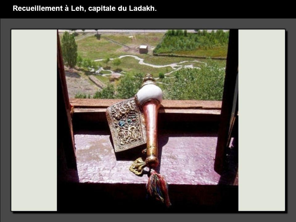 Recueillement à Leh, capitale du Ladakh.