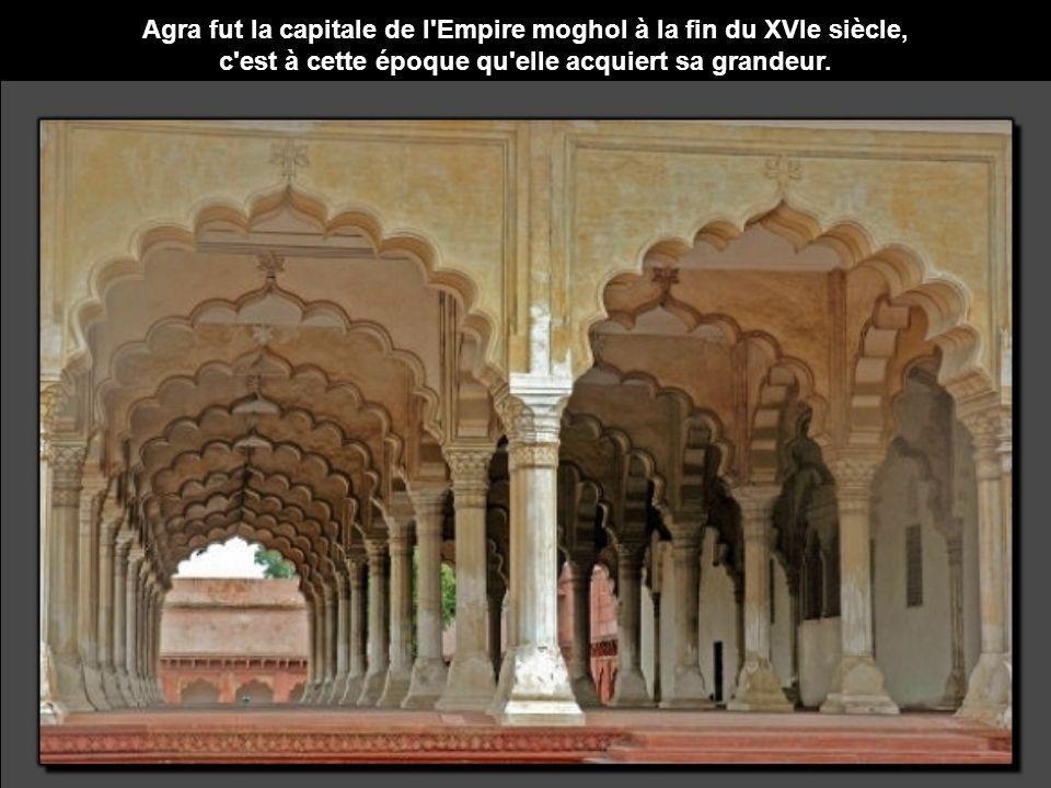 Agra fut la capitale de l Empire moghol à la fin du XVIe siècle, c est à cette époque qu elle acquiert sa grandeur.