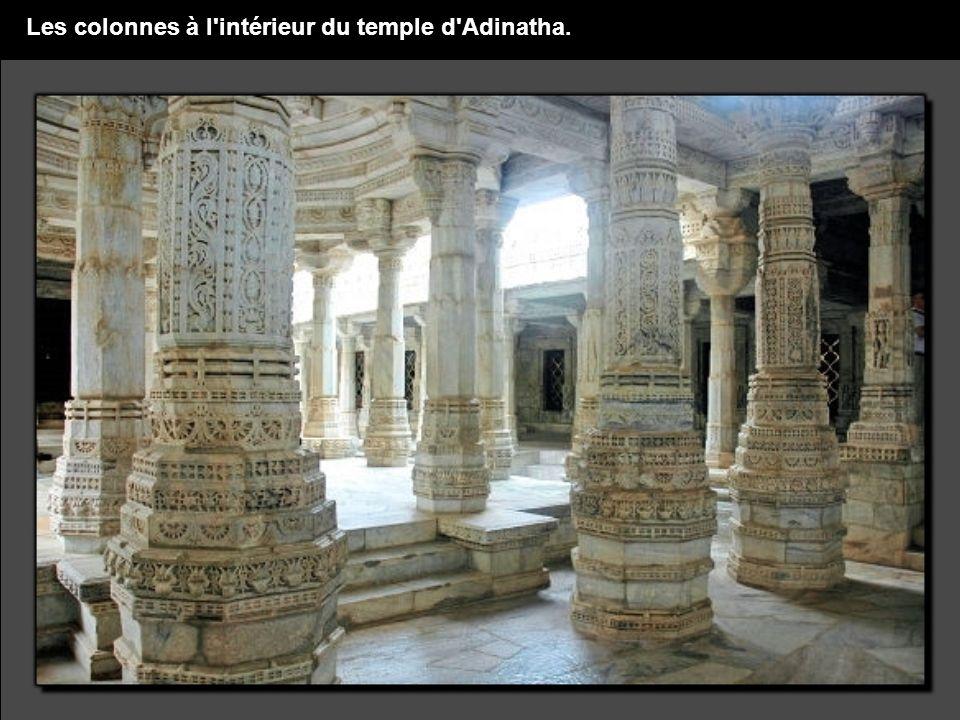 Les colonnes à l intérieur du temple d Adinatha.