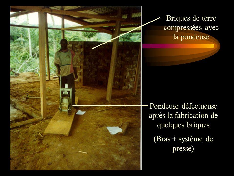 Briques de terre compressées avec la pondeuse Pondeuse défectueuse après la fabrication de quelques briques (Bras + système de presse)