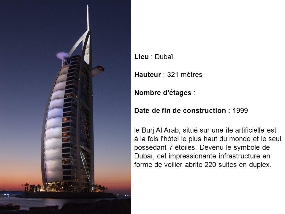 le Burj Al Arab, situé sur une île artificielle est à la fois l'hôtel le plus haut du monde et le seul possèdant 7 étoiles. Devenu le symbole de Dubaï