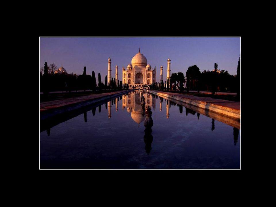 Inconsolable de la mort de son épouse, l'empereur Shah Jahan a voulu que ce palais dépasse en beauté tout ce qui avait été construit jusque-là. Bâti s