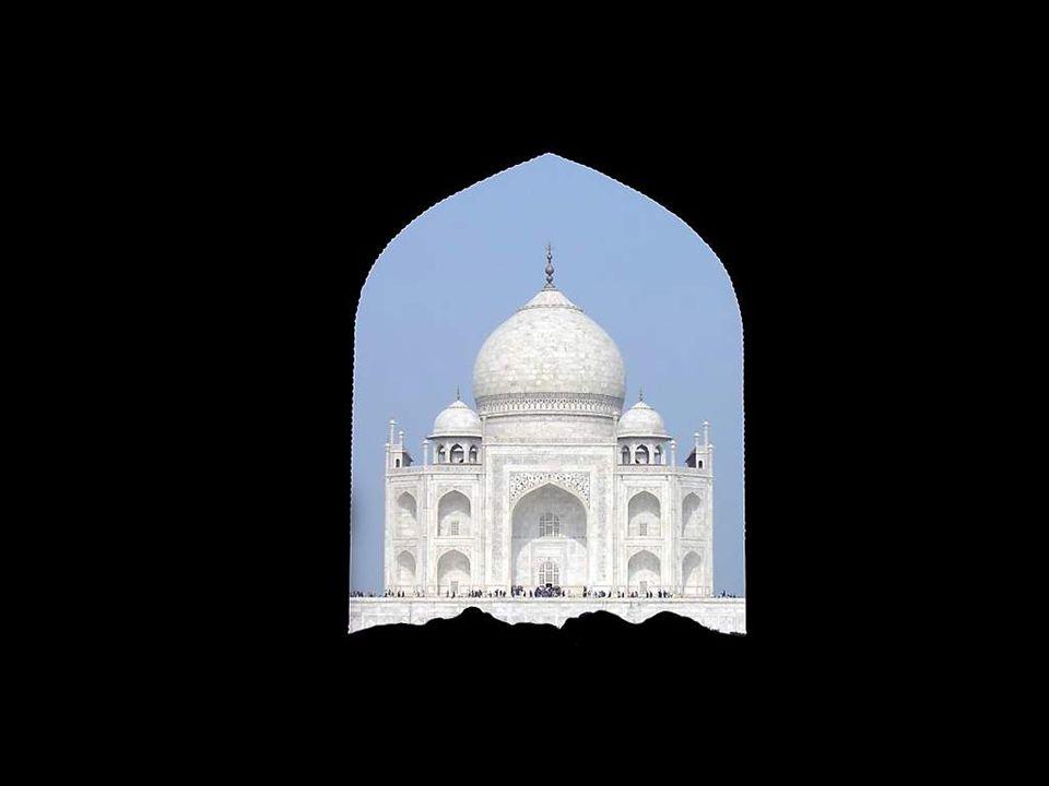Le Taj Mahal est aujourd'hui le monument le plus visité de l'Inde. En 2003, trois millions de personnes ont pénétré en son enceinte. Pour limiter les