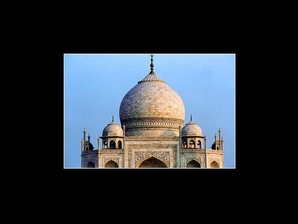 On oublie souvent en admirant ce palais aux dimensions gigantesques qu'il s'agit en réalité d'un monument funéraire. La tombe de l'épouse de l'empereu