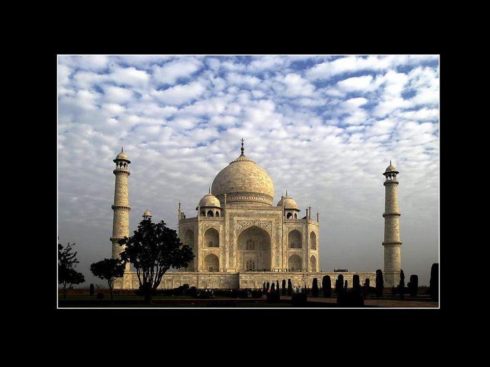 Le Taj Mahal est situé à Agra, au nord de l'Inde, dans l'Etat de l'Uttar Pradesh, sur la rive sud du fleuve Yamuna. Il se trouve à 200 kilomètres au s