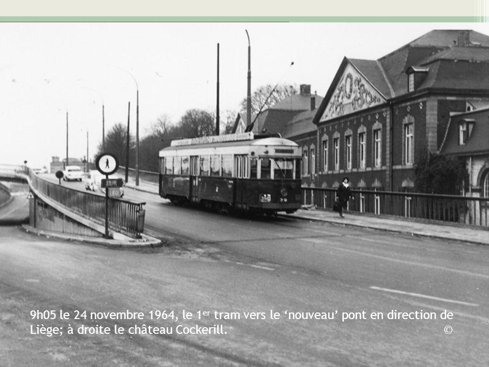 9h05 le 24 novembre 1964, le 1 er tram vers le nouveau pont en direction de Liège; à droite le château Cockerill. ©