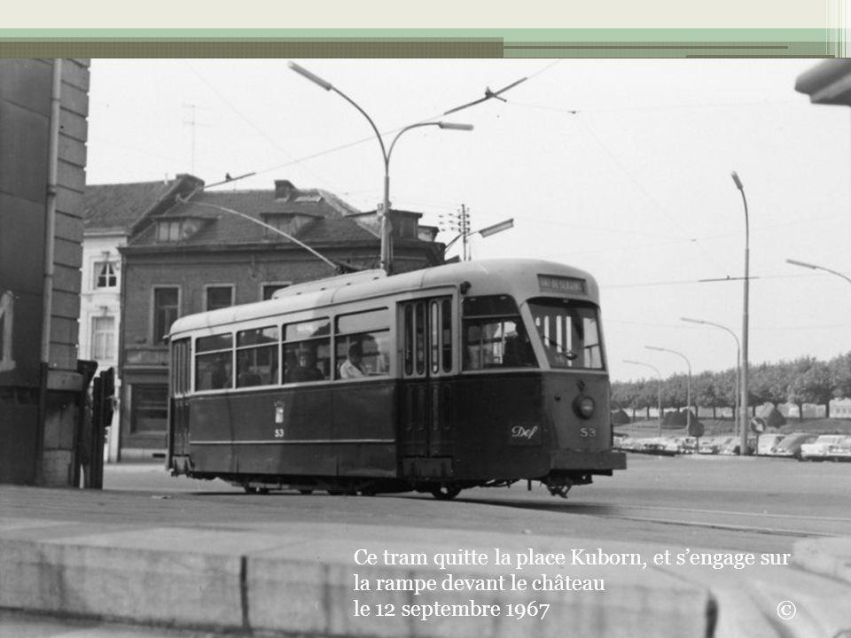 Ce tram quitte la place Kuborn, et sengage sur la rampe devant le château le 12 septembre 1967 ©