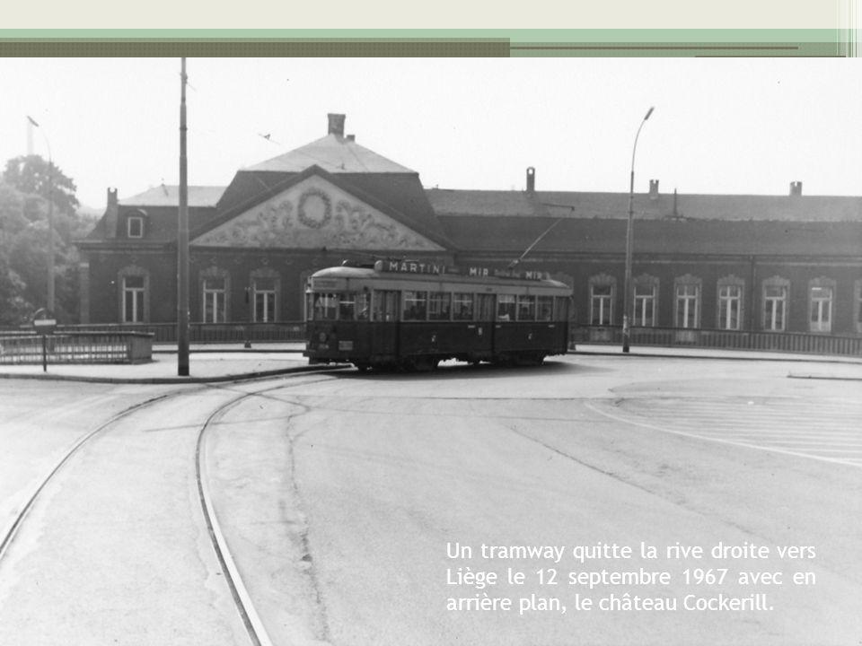 Un tramway quitte la rive droite vers Liège le 12 septembre 1967 avec en arrière plan, le château Cockerill.