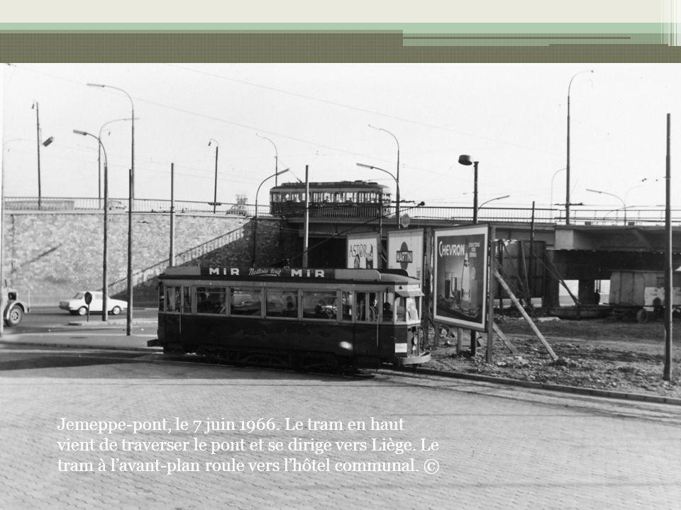 Jemeppe-pont, le 7 juin 1966. Le tram en haut vient de traverser le pont et se dirige vers Liège. Le tram à lavant-plan roule vers lhôtel communal. ©