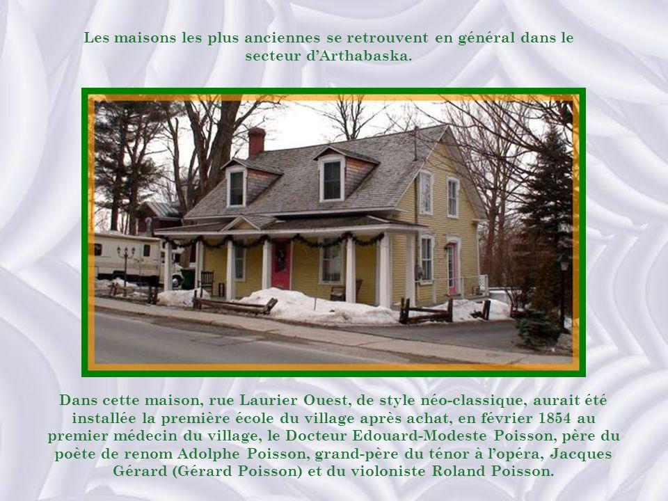 Dans cette maison, rue Laurier Ouest, de style néo-classique, aurait été installée la première école du village après achat, en février 1854 au premier médecin du village, le Docteur Edouard-Modeste Poisson, père du poète de renom Adolphe Poisson, grand-père du ténor à lopéra, Jacques Gérard (Gérard Poisson) et du violoniste Roland Poisson.
