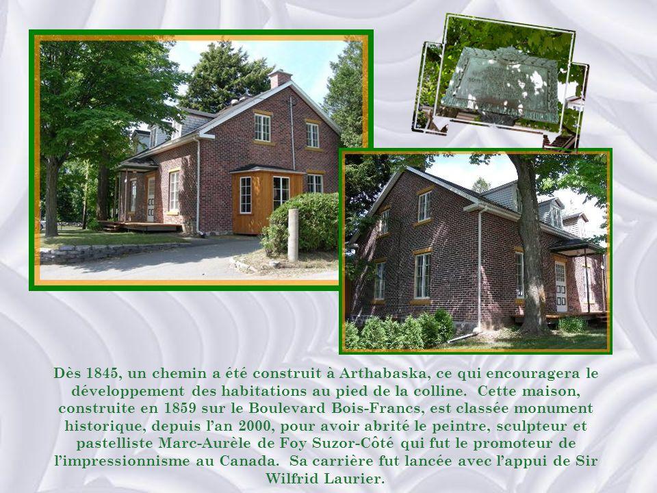 LHôtel-Dieu à ses débuts avec, en avant- plan, la maison des religieuses qui les hébergeait à leur arrivée.