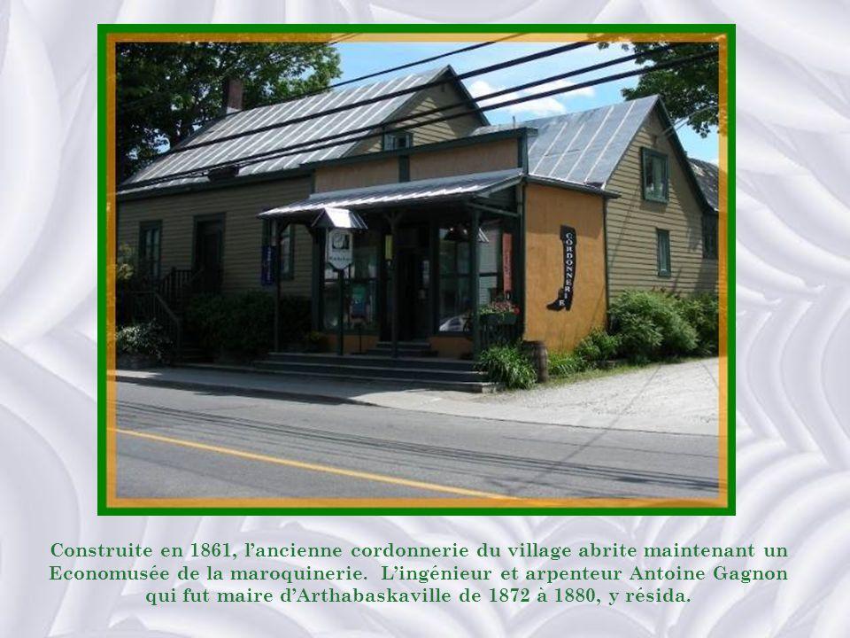 Construite en 1861, lancienne cordonnerie du village abrite maintenant un Economusée de la maroquinerie.