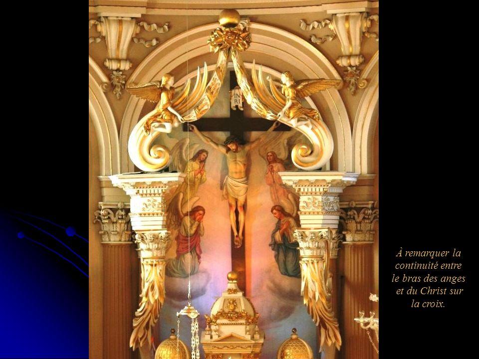 À remarquer la continuité entre le bras des anges et du Christ sur la croix.