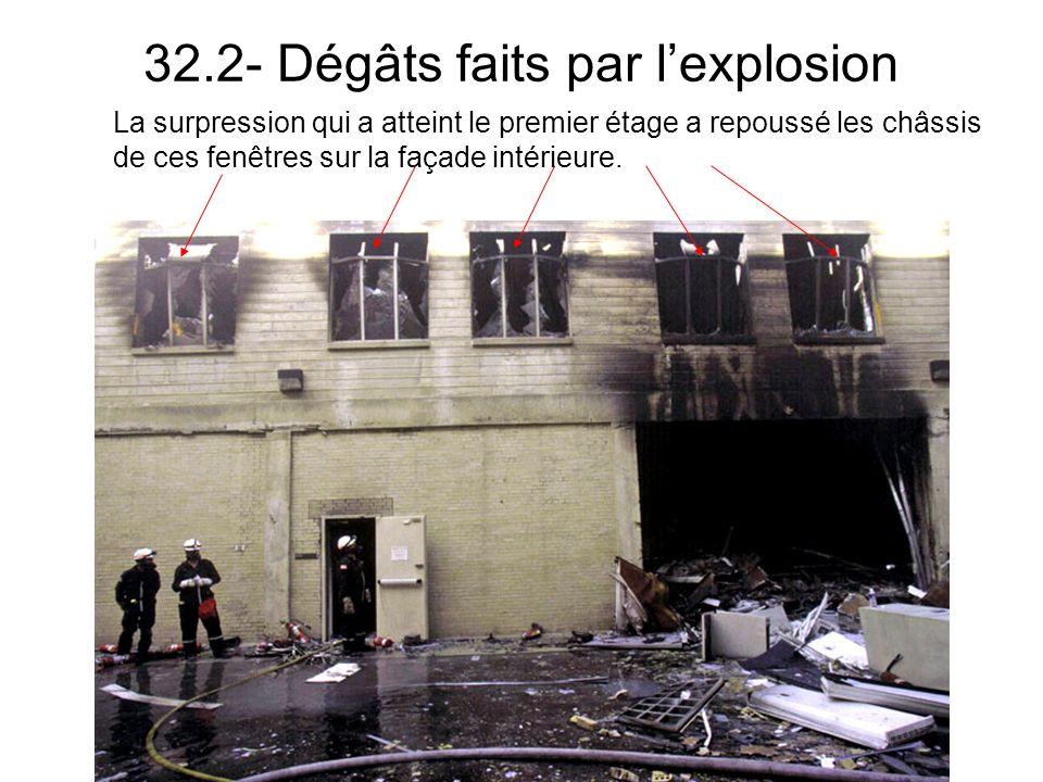 32.2- Dégâts faits par lexplosion La surpression qui a atteint le premier étage a repoussé les châssis de ces fenêtres sur la façade intérieure.