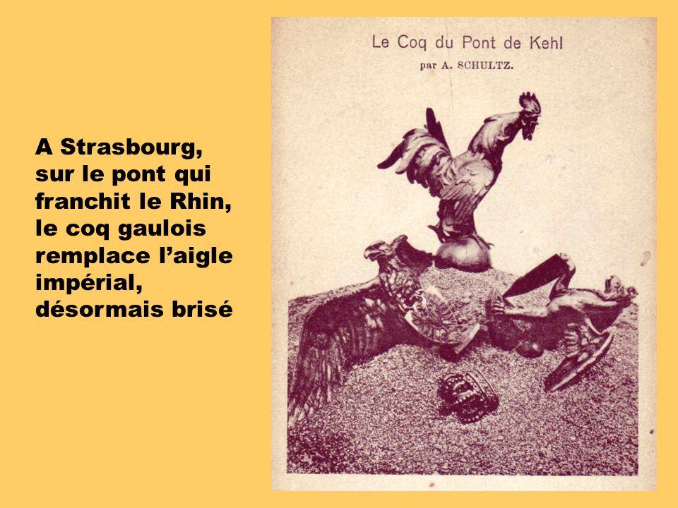 A Strasbourg, sur le pont qui franchit le Rhin, le coq gaulois remplace laigle impérial, désormais brisé