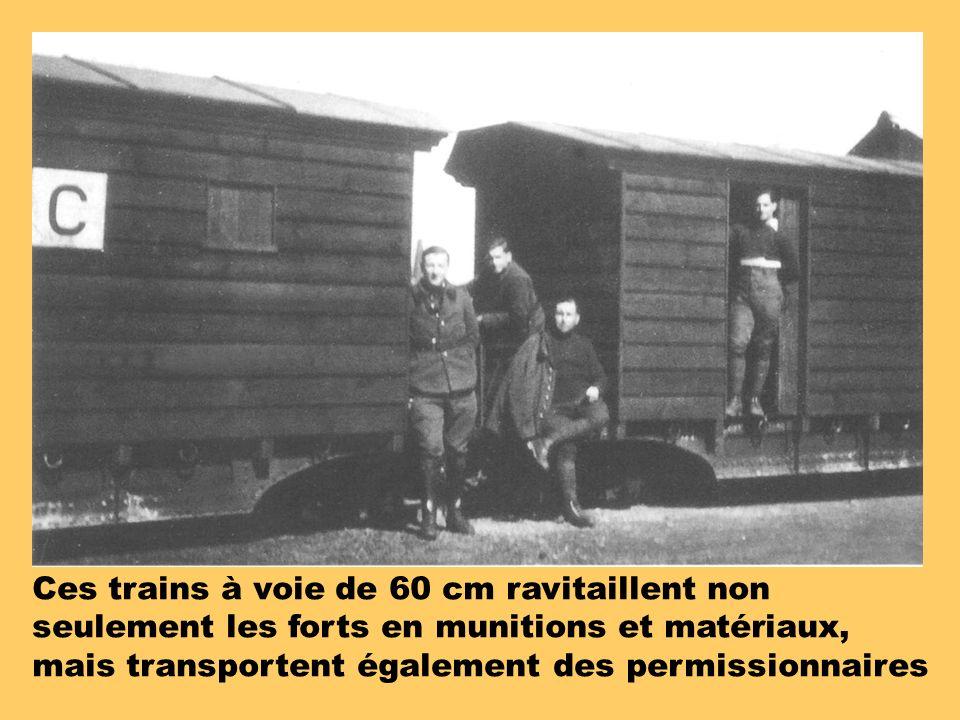 Ces trains à voie de 60 cm ravitaillent non seulement les forts en munitions et matériaux, mais transportent également des permissionnaires