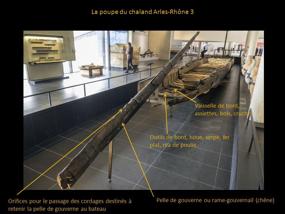 La poupe du chaland Arles-Rhône 3 Vaisselle de bord, assiettes, bols, cruche. Outils de bord, houe, serpe, fer plat, réa de poulie. Pelle de gouverne
