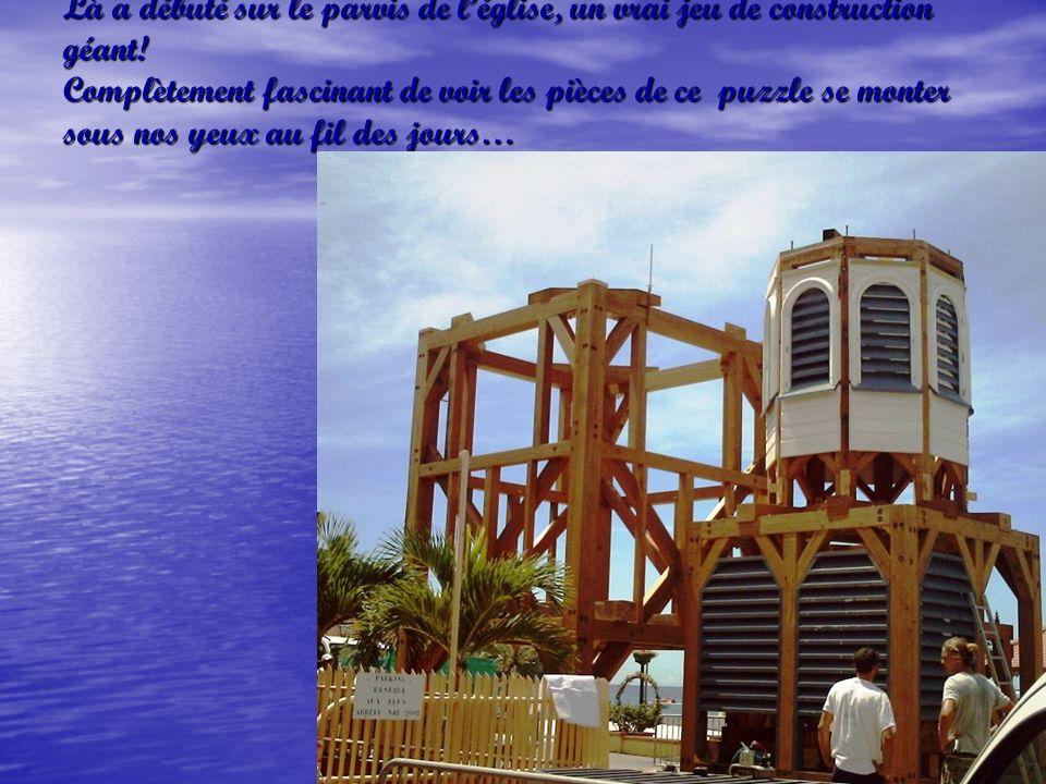 Puis, début septembre, il y a donc un mois et demi, sont arrivées en camion les premières pièces du clocher…..et cest une équipe de Guyane, spécialisée dans la restauration de monuments historiques qui sy attelle…