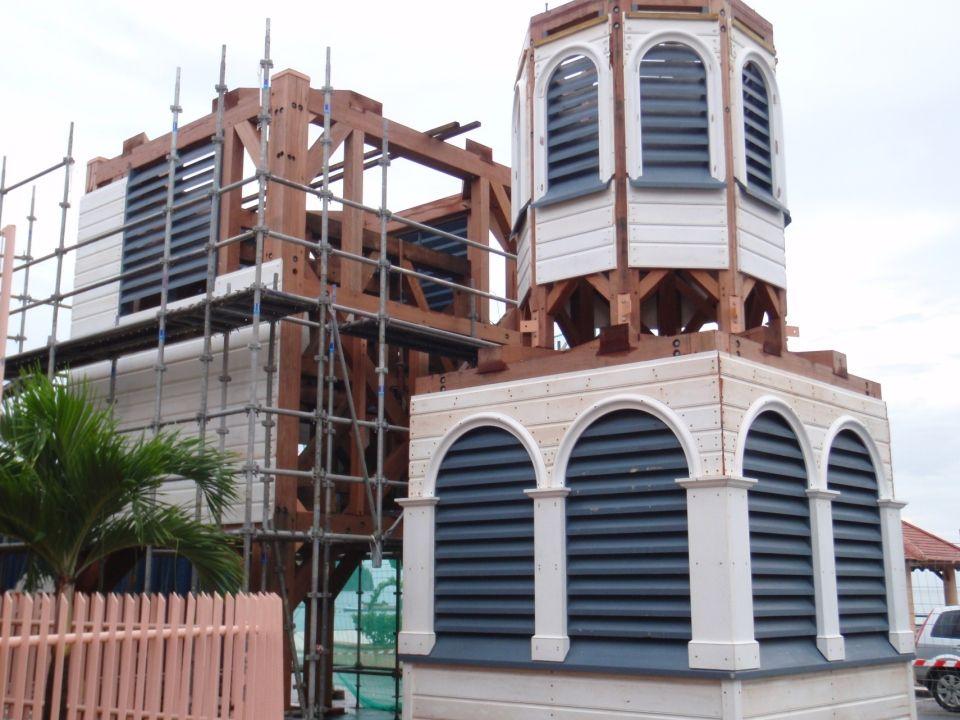 Là a débuté sur le parvis de léglise, un vrai jeu de construction géant.