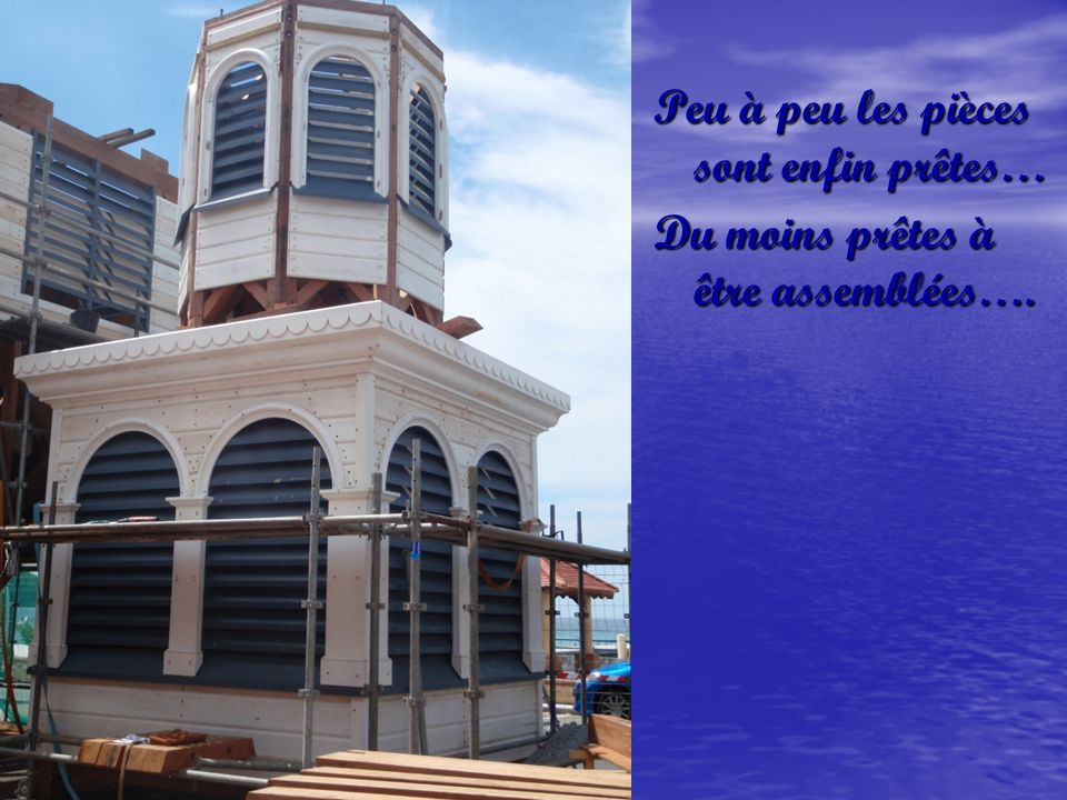 Pendant que le clocher, au sol, sélève, la base de léglise diminue, diminue…..