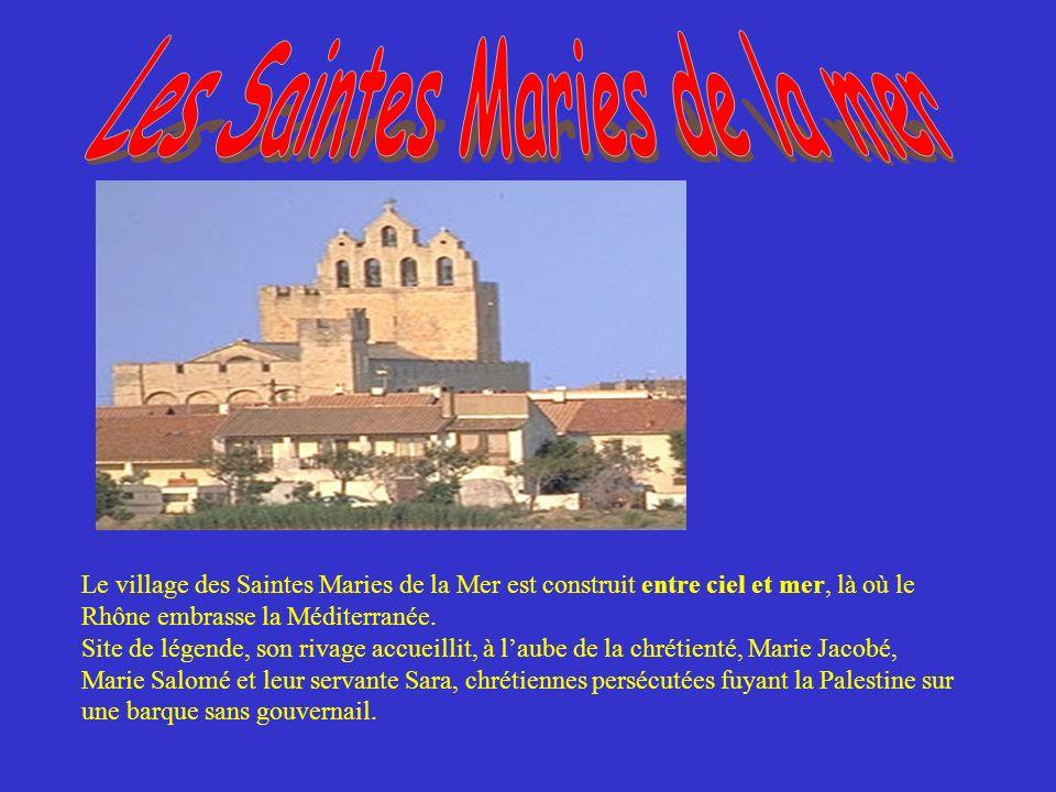Le village des Saintes Maries de la Mer est construit entre ciel et mer, là où le Rhône embrasse la Méditerranée.