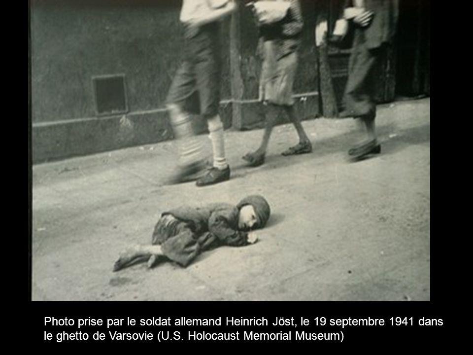Photo prise par le soldat allemand Heinrich Jöst, le 19 septembre 1941 dans le ghetto de Varsovie (U.S. Holocaust Memorial Museum)