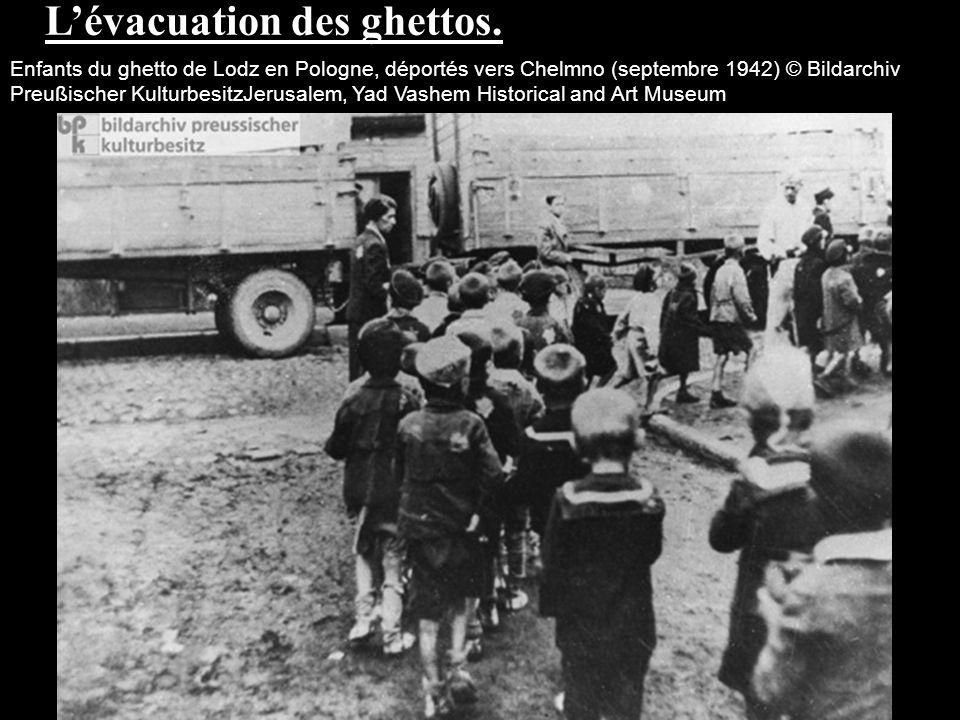 Lévacuation des ghettos. Enfants du ghetto de Lodz en Pologne, déportés vers Chelmno (septembre 1942) © Bildarchiv Preußischer KulturbesitzJerusalem,