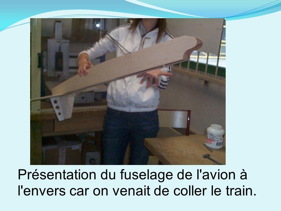 Présentation du fuselage de l'avion à l'envers car on venait de coller le train.