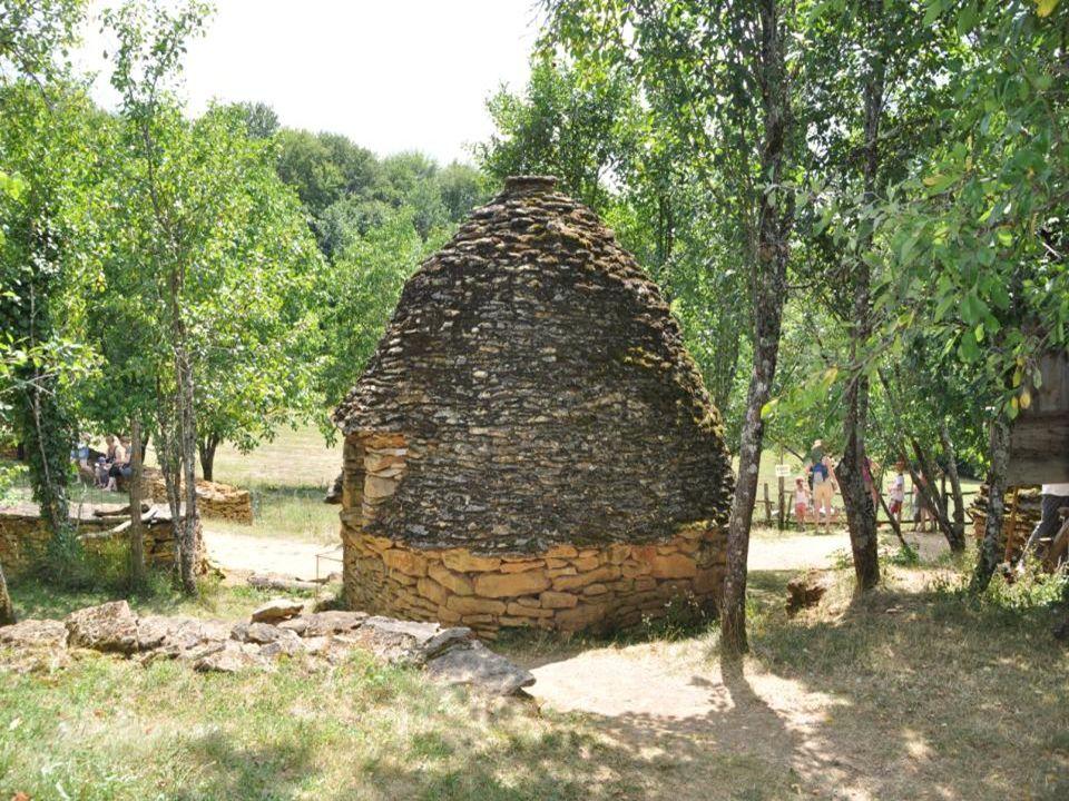 À la base du toit lépaisseur de pierres est de 1.10m.