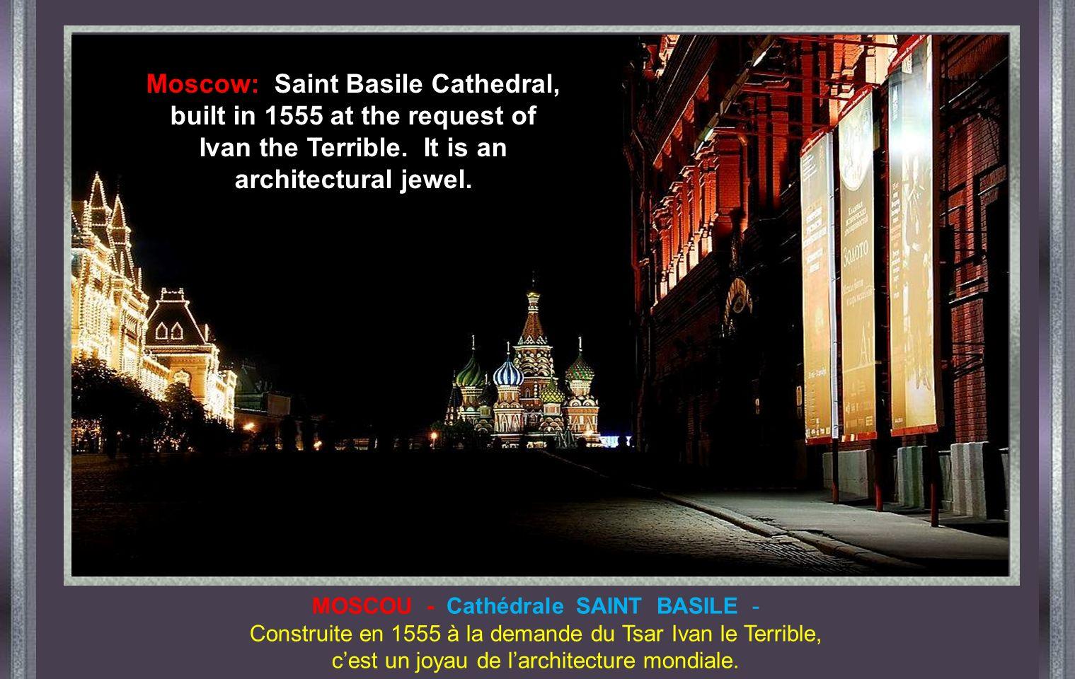 MOSCOU - Cathédrale SAINT BASILE - Construite en 1555 à la demande du Tsar Ivan le Terrible, cest un joyau de larchitecture mondiale.