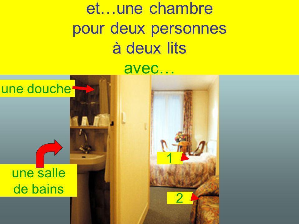 et…une chambre pour deux personnes à deux lits avec… une douche une salle de bains 1 2