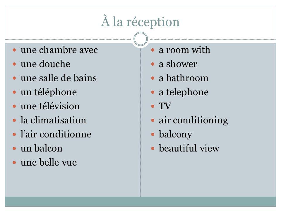 À la réception une chambre avec une douche une salle de bains un téléphone une télévision la climatisation lair conditionne un balcon une belle vue a