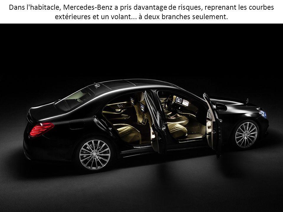 Dans l'habitacle, Mercedes-Benz a pris davantage de risques, reprenant les courbes extérieures et un volant... à deux branches seulement.
