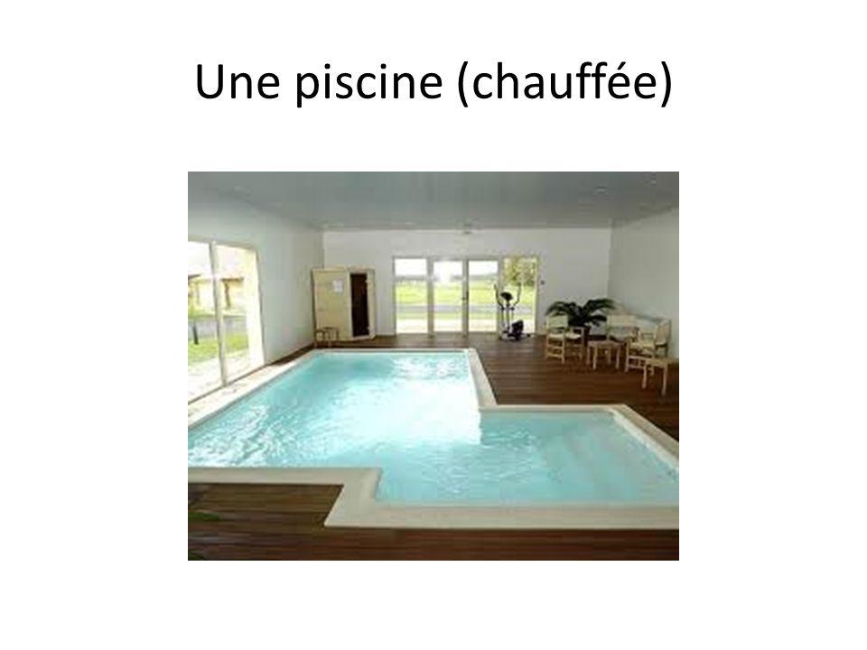 Une piscine (chauffée)