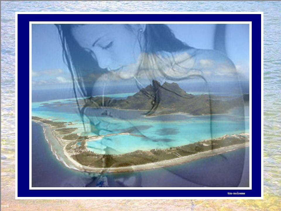 A RAIATEA, île sacrée, avec son temple voué au Dieu ORO, deuxième île accostée, le guetteur debout sur la pierre Tefaairi prévenu de son arrivée, ne m