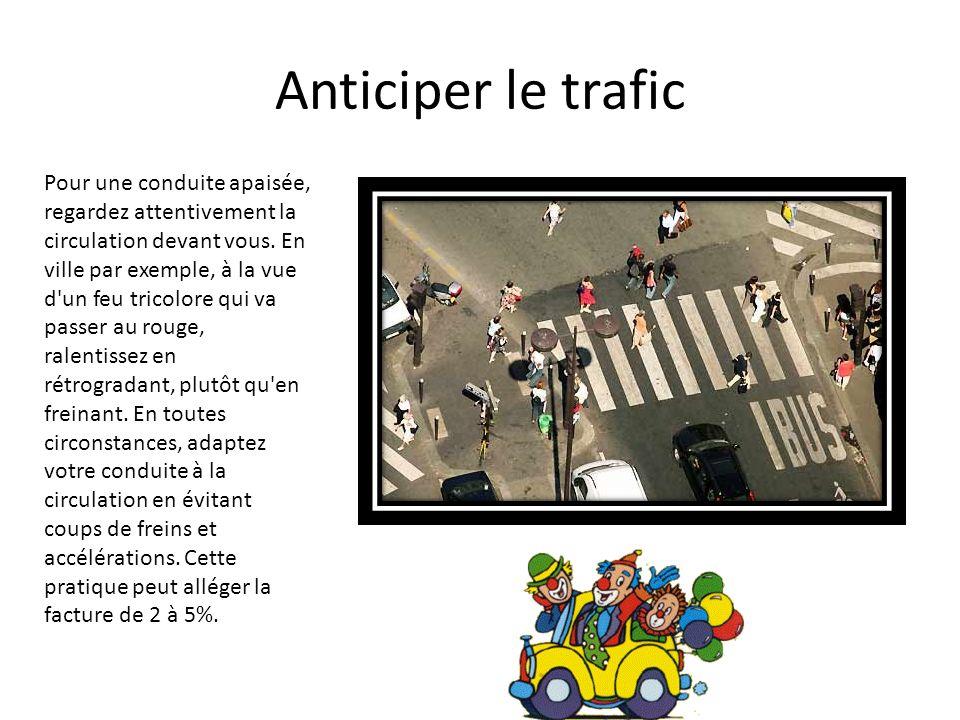 Anticiper le trafic Pour une conduite apaisée, regardez attentivement la circulation devant vous. En ville par exemple, à la vue d'un feu tricolore qu