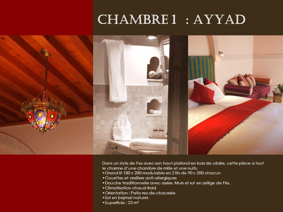 Chambre 1 : AYYAD Dans un style de Fes avec son haut plafond en bois de cèdre, cette pièce a tout le charme dune chambre de mille et une nuits.
