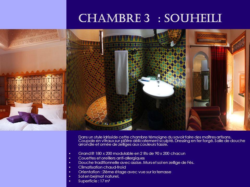 Chambre 3 : SOUHEILI Dans un style Idrisside cette chambre témoigne du savoir faire des maîtres artisans. Coupole en vitraux sur plâtre délicatement s
