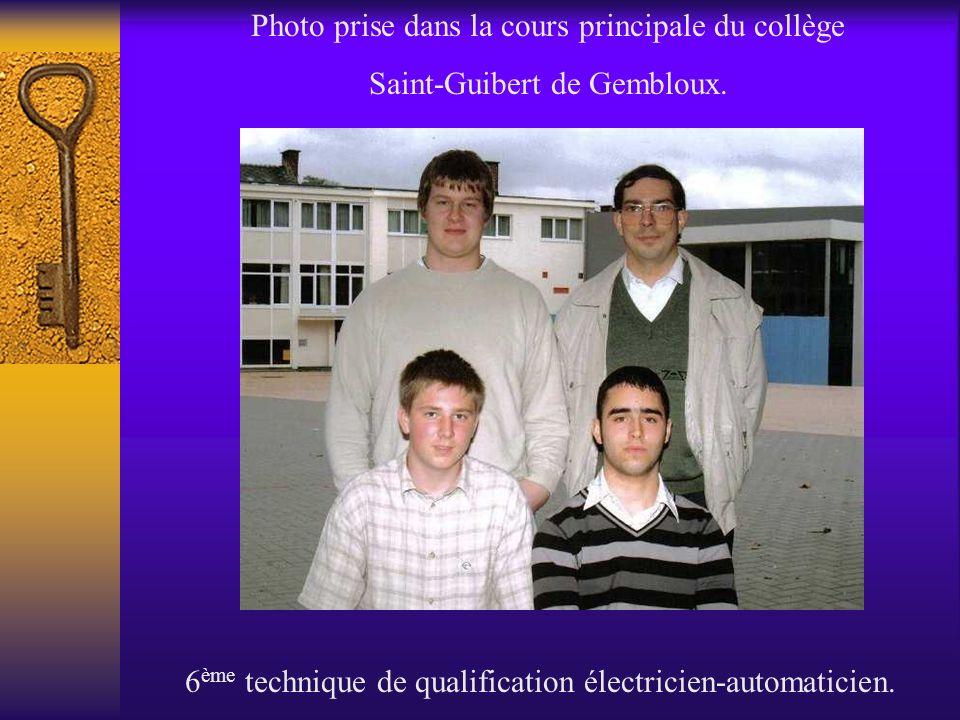 Photo prise dans la cours principale du collège Saint-Guibert de Gembloux. 6 ème technique de qualification électricien-automaticien.