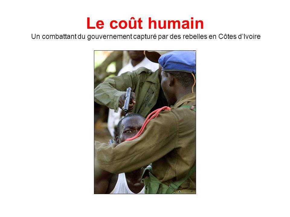 Le coût humain Un combattant du gouvernement capturé par des rebelles en Côtes dIvoire