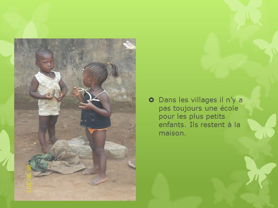 Dans les villages il ny a pas toujours une école pour les plus petits enfants. Ils restent à la maison.