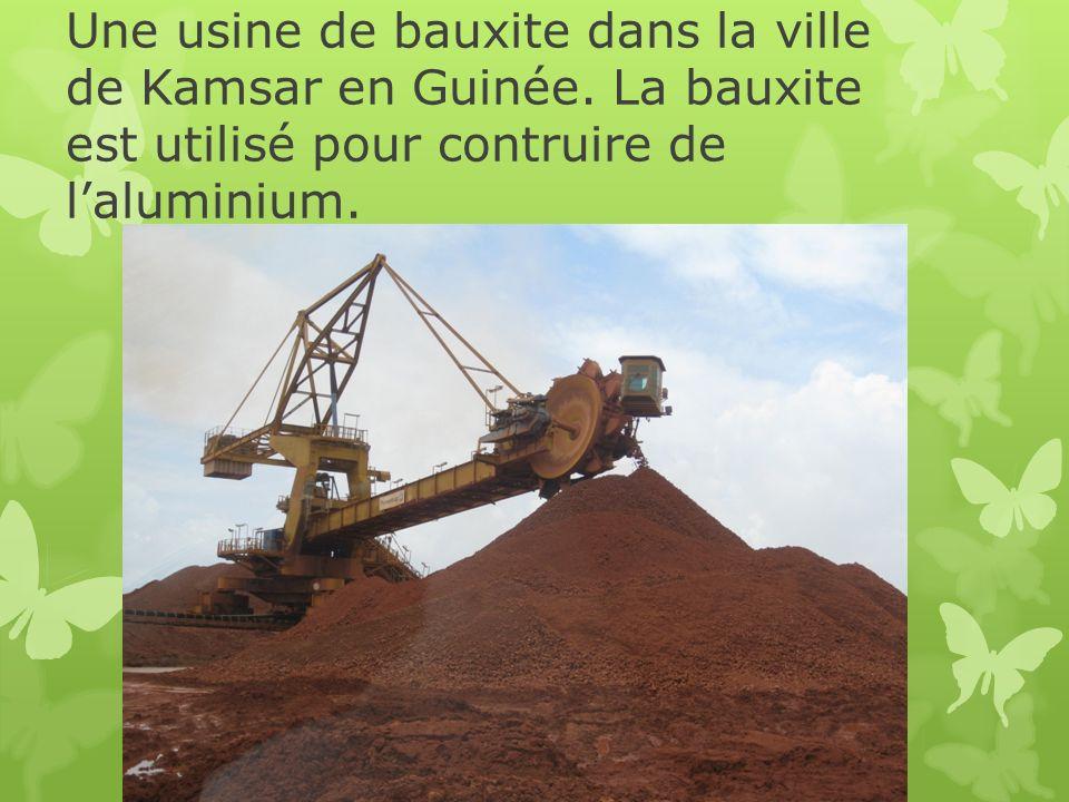Une usine de bauxite dans la ville de Kamsar en Guinée. La bauxite est utilisé pour contruire de laluminium.