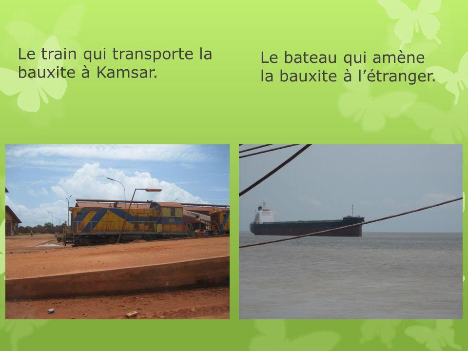 Le train qui transporte la bauxite à Kamsar. Le bateau qui amène la bauxite à létranger.
